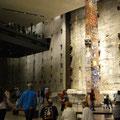 ミュージアム内は最後まで残ったビルの鉄骨などがそのまま展示されています。