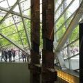 ミュージアムは入り口から地底へ深くもぐっていきます。見上げると当時の鉄骨が。一般公開前だったので外からガラス張りの中をのぞくひとたちがたくさん。