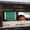 Kind im Nebenbus