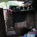 Hier wäscht sich die Familie. Genannt Sauna. Da drin brennt ein kleines Feuerchen und ein Eimer Wasser stand bereit. Ich hab kaum reingepasst, also konnte ich mich auch nicht wirklich waschen.