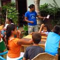 Carlos zeigt den Kindern, was man mit den Stiftehaltern alles machen kann