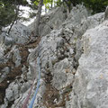 Nach dem eigentlichen Ausstieg folgt noch Schrofengelände. Ein bisschen Weitersichern kann nicht schaden - brüchig!