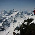 Peter am Gipfelgrat, im Hintergrund links der Piz Linard, rechts der Piz Buin...