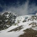 Der Hängegletscher des Augstenbergs direkt oberhalb des Passes