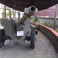 Pieza de artillería expuesta en el exterior del museo.