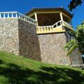 Stützwand zum Tal mit Aussichtsterrasse