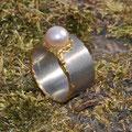 """Ring aus <a href=""""./glossar/"""" >Palladium</a> 950/- und Gold 999/- mit einer naturfarbenen <a href=""""./glossar/"""" >Süßwasser-Zuchtperle</a>"""
