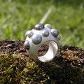 """Ring aus Silber, <a href=""""./glossar/"""" >rhodiniert</a> , mit 11 grauen <a href=""""./glossar/"""" >Süßwasser-Zuchtperlen</a>"""
