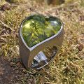 """Großer Ring in Herzform, Silber, <a href=""""./glossar/"""" >rhodiniert</a>, mit einem ganz besonderen grünen <a href=""""./glossar/"""" >Bernstein</a>!"""