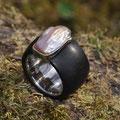 """Ring aus Silber, <a href=""""./glossar/"""" >rhodiniert</a> , mit einem Mantel aus schwarzem <a href=""""./glossar/"""" >Ebenholz</a> und einer naturfarbenen <a href=""""./glossar/"""" >Süßwasser-Zuchtperle</a>  in barocker Form"""