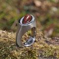 """Schräger"" Ring aus <a href=""./glossar/"" >rhodiniertem</a> Silber mit einem ""Blickfang"" aus rotbraunem <a href=""./glossar/"" >Cocobolo</a>-Edelholz"