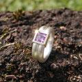 """Ring aus Silber, <a href=""""./glossar/"""" >rhodiniert</a> , mit einem <a href=""""./glossar/"""" >Amethyst</a> im <a href=""""./glossar/"""" >Carré</a> -Schliff in einer Fassung aus Gold 750/- in kräftigem sattgelb"""