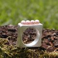"Ring aus Silber,<a href=""./glossar/"" >rhodiniert</a> mit 4 naturfarbenen <a href=""./glossar/"" >Süßwasser-Zuchtperlen</a>"