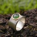 """Ring aus Silber, <a href=""""./glossar/"""" >rhodiniert</a> , mit einem runden grünen <a href=""""./glossar/"""" >Turmalin</a>-<a href=""""./glossar/"""" >Cabochon</a> in einer Fassung aus Gold 750/- in kräftigem sattgelb"""