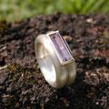 """Ring aus Silber, <a href=""""./glossar/"""" >rhodiniert</a> , mit einem <a href=""""./glossar/"""" >Amethyst</a> im <a href=""""./glossar/"""" >Baguette</a>-Schliff in einer Fassung aus Gold 750/- in kräftigem sattgelb"""