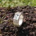 """Ring aus Silber, <a href=""""./glossar/"""" >rhodiniert</a> , mit einem <a href=""""./glossar/"""" >Aquamarin</a> im <a href=""""./glossar/"""" >Baguette</a> -Schliff in einer Fassung aus Gold 750/- in kräftigem sattgelb"""