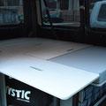 Reisen im Transporter auch ohne 2er-Sitzbank - hier die Liegefläche von 2 Meter mit dem flachen Zusatzmodul