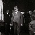 08_89_48c-1 Bürgermeister Dr.Wilhelm Götz kommt von der Sitzung zur 700-Jahr-Feier