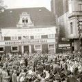19_2755_Bahnhof Str. Ecke Herrenstr. Aufstellen zum Festumzug  1955   Bild J. Eisermann