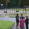 68_2946_Obernahmer Schule, davor Spielplatz