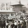 19_2754_Bahnhof Str. Aufstellen zum Festumzug  1955_1  Bild J. Eisermann