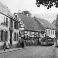 27_526_Stennertstraße mit Heuer Ampel, Links die Apotheke  1950