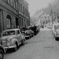 49_2984_Um 1950 Wesselbach Vor der Firma Theis