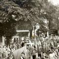 19_2753_Bahnhof Str. Aufstellen zum Festumzug  1955  Bild J. Eisermann