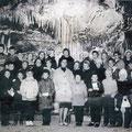 62_1412_Klassenfoto in der Dechenhöhle mit Lehrerin F. Arhaus Heideschule um 1966