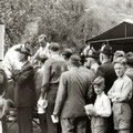 19_2785_Schützenfest in Henkhausen, an der Gulaschkanone  1955  Bild J. Eisermann