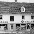 44_1033_Möllerstraße 18 Drogerie und Fotogeschäft Dittrich 1970