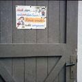 68_2936_Obernahmer Schule, dahinter Tür vom Toilettenhäuschen