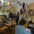 Das Vereinsheim wird dekoriert und letzte Schneiderarbeiten erledigt