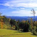 Blick über herbstliche Höhenzüge des Bayerischen Waldes