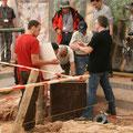 Dr. Rößler und Ludwig erklären den Gästen die Chemnitzer Ausgrabung