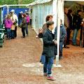 Im Zelt und auf dem gesamten Gelände tummeln sich die MuseumsNACHTschwärmer.