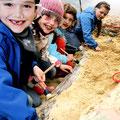 Die kleinen Grabungshelfer sind super im Suchen und Finden! Anmeldungen zu Veranstaltungen über die Website!