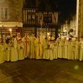 Les prêtres et servants d'autel à la fin de la messe