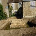 A quelques mètres de la première tour, une autre avec une base rectangulaire ; la présence de l'eau indique que la Sarthe n'est pas loin !