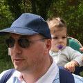 Autre moyen de locomotion : porte-bébé (ici Emmanuelle portée par son papa Jean-Claude)