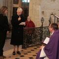 Chaque catéchumène, accompagné de son parrain ou marraine, est présenté à l'évêque par un membre de l'équipe de préparation