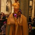 L'Enfant-Jésus est porté en procession jusqu'à la crèche...