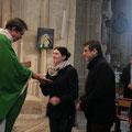 P. Loïc remet le livre des Evangiles aux fiancés