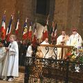 Devant l'autel, la statue de Sainte Geneviève