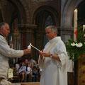 Le diacre Gilles Dauphin allume les bougies au cierge pascal