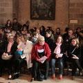 Avant le début de la célébration, catéchumènes et confirmands adultes attendent dans le transept de la basilique