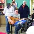 Joseph et sa guitare magique, chante une chanson qu'il a lui-même composée pour l'anniversaire de Madame Cormier