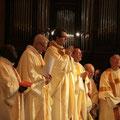 La célébration est présidée par P. Loïc ; à gauche le P. Paul Constantin qui baptisera Lucien