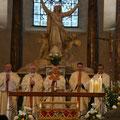 De gauche à droite : P. Olivier Ruffray, recteur du sanctuaire de Lisieux, Mgr Descubes, archevêque de Rouen, Cardinal Baldisseri, Mgr Habert, évêque de Sées, P. Loïc Gicquel des Touches