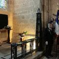 La chapelle ; la plaque souvenir est encore recouverte du voile.